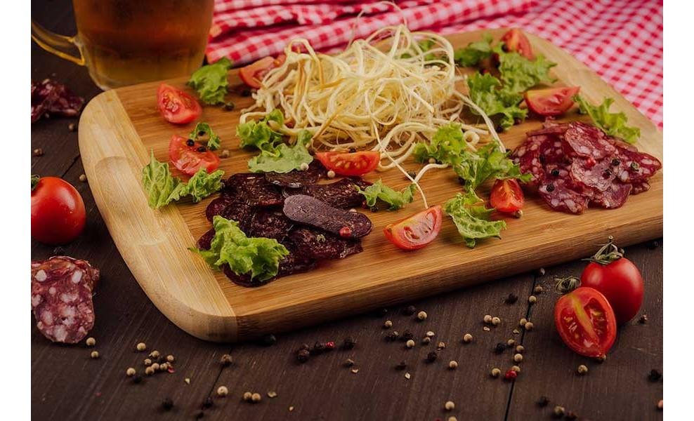 Плато с колбасками и сулугуни